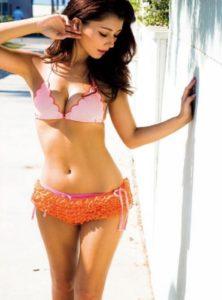 ピンクのフリル水着のダレノガレ明美