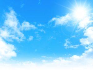 太陽が照らす青空