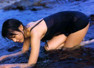 黒の水着で海に入る本仮屋ユイカ