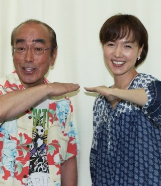 「アイーン」をする志村けんさん。往年の名コンビであるいしのようこさんと一緒です。交際報道が出たこともありましたね。