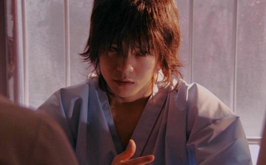 「ジョーカー」で無差別殺人事件の犯人役を演じる窪田正孝さん。髪の毛が長いですね。中世的な雰囲気です。