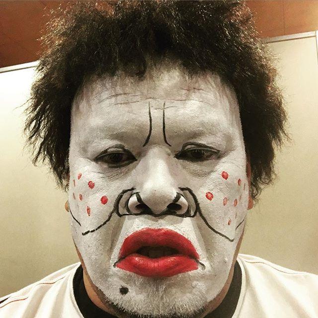 「ダウンタウン」の浜田雅功さんに扮する野性爆弾のくっきーさん。つぶらな瞳と唇がそっくりですが、暗闇からにゅっと現れそうで怖いです。