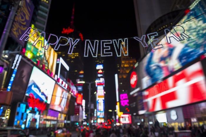 「世界の交差点」として有名なタイムズスクエア。タイムズスクエアは夜なのに明るく賑やか。まさに世界を代表する眠らない街、ニューヨークを体感できるはずです。