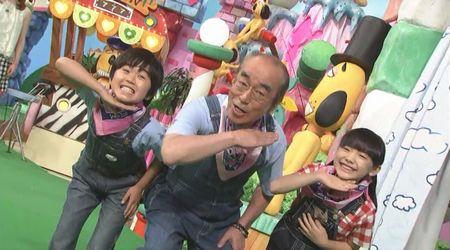 「天才志村動物園」でまだ幼いころの芦田愛菜ちゃんと鈴木福君と共演する志村けんさん。いまは大きくなりましたよね。