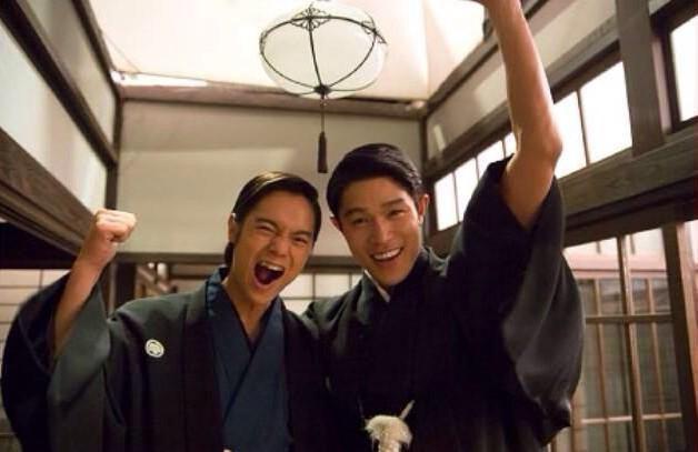「花子とアン」に出演する鈴木亮平さんと一緒の窪田正孝さん。作品中では吉高由里子さん演じるはなに思いを寄せています。