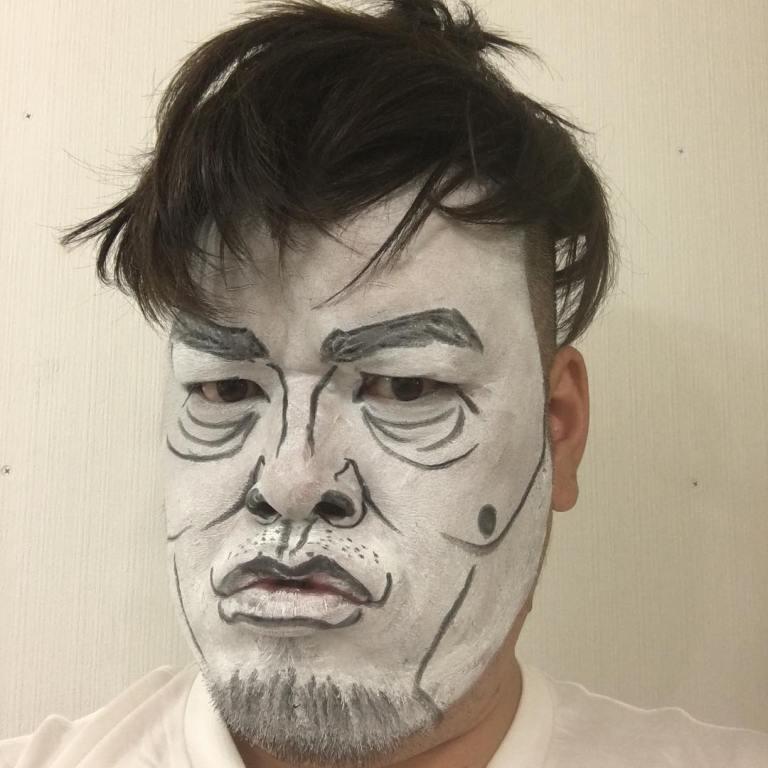 「雨上がり決死隊」の宮迫博之さんに扮する野性爆弾のくっきーさん。目のクマと唇具合が特徴をとらえています。