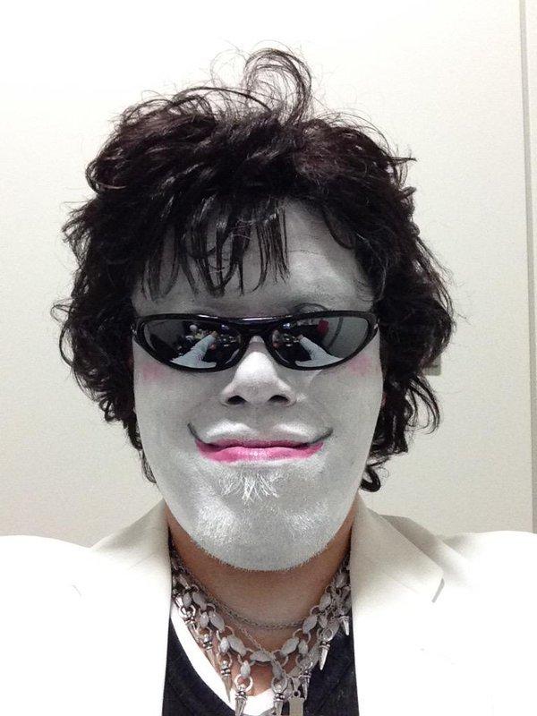 「X JAPAN」のTOSHIさんに扮する野性爆弾のくっきーさん。ファンに呪われそうです。アゴに悪意を感じます。