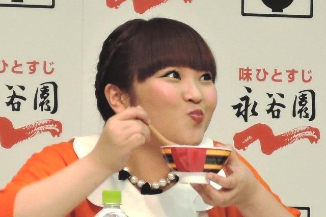 お茶漬けのイベントに参加しているオチャメな顔の柳原可奈子さん。とってもおいしそうに食べていますね。