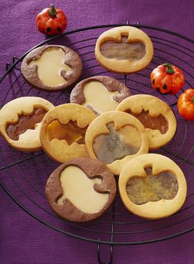 かぼちゃ、蜘蛛、おばけなどいろいろなモチーフが楽しめるステンドグラス風のクッキーです。食感も楽しめそうですね。