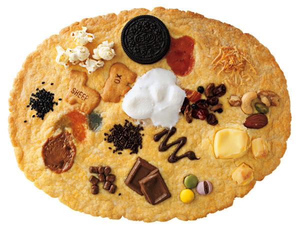 こちらはクッキー、マシュマロ、チョコレート、ビスケットなどほかのお菓子とコラボレーションした「でかクッキー」。夢のお菓子です。