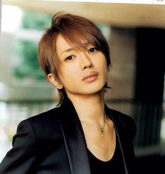 ちょっと長髪の西島隆弘さん。あつめの唇で昔の山下智久さんにも似ていますね。