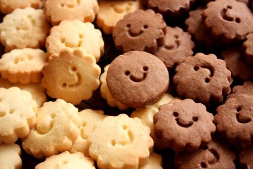 とってもかわいい顔が描かれたプレーン味とチョコレート味のクッキーです。食べるのがもったいないですね。