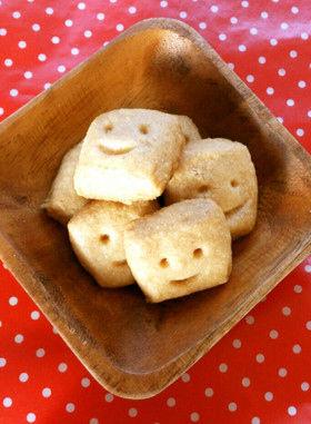 ゆるい笑顔がほっこりした気分になれる厚焼きのクッキーです。目が合うと食べられなくなりそうです。