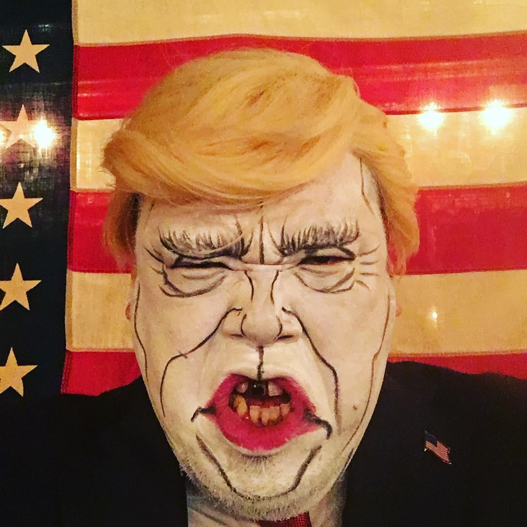 アメリカ合衆国のトランプ大統領に扮する野性爆弾のくっきーさん。「You are fire!」されないか心配です。何故か前歯が一本黒いです。