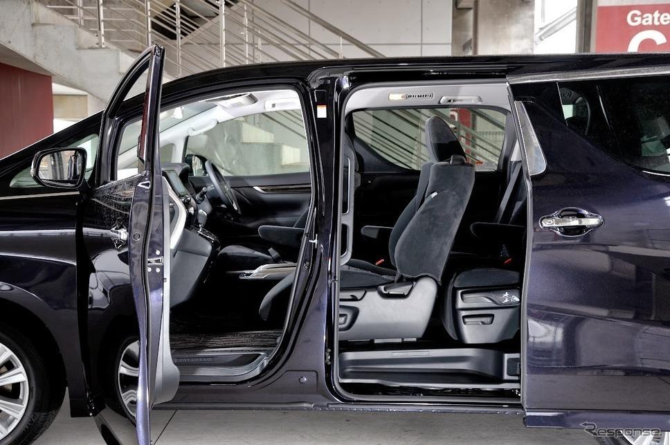アルファードのドア。後席の乗り降りをしやすくするために、細部まで配慮が施してあります。低床フロア化にしたことで、乗降口のステップを幅広くし、低い位置に設定されました。