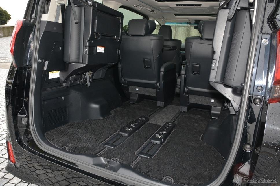 アルファードのラゲッジスペース。従来型と比較して、サードシートの薄型化により、スペースアップ時の荷室幅が拡大しています。