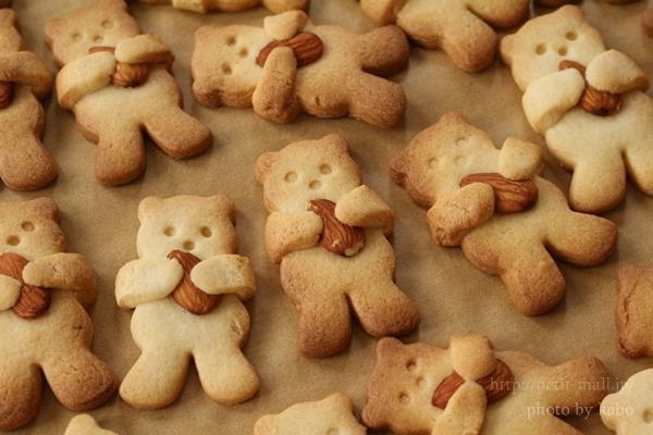アーモンドを両手で抱きかかえるテディベアが可愛すぎるクッキーです。食感の変化も楽しめるクッキーですね。