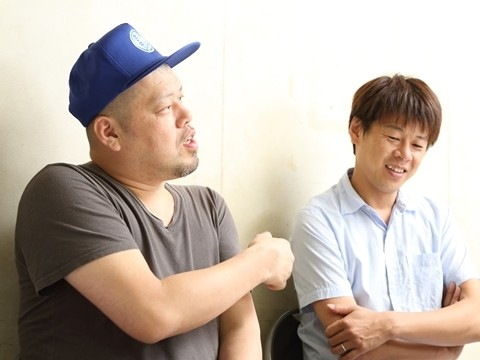 インタビューに答える野性爆弾のお二人。その芸風は千原ジュニアさんから「突然変異」と称されています。