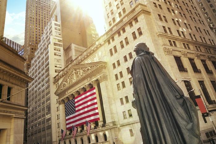 ウォール街は、世界の金融の中心として有名な街。実際にはニューヨーク・マンハッタンの南端部に位置する細い通りの一つです。