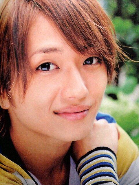 キラキラのスマイルでこちらを見つめる西島隆弘さん。母性本能をくすぐられますね。