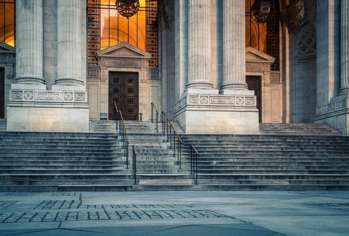 ギリシャ神殿のような豪華な大理石造りのエントランスが特徴的な、世界屈指の規模の大きさを誇る「ニューヨーク市立図書館」
