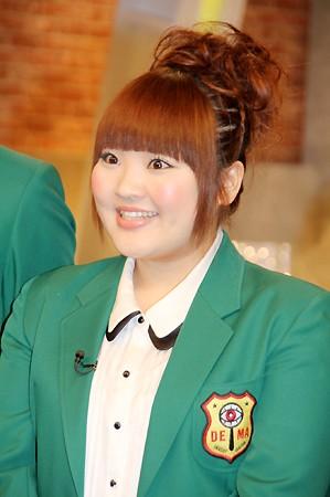 グリーンのブレザー姿の柳原可奈子さん。いつも前髪がキレイに整っています。