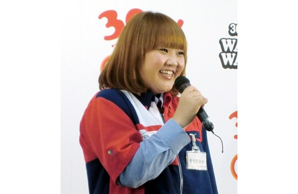 コンビニ店員の制服を着る柳原可奈子さん。仕事が出来そうな気がします。