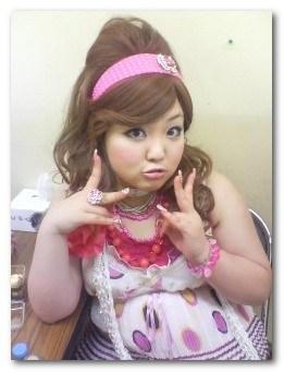 ショップ店員のネタをしていたころの柳原可奈子さん。