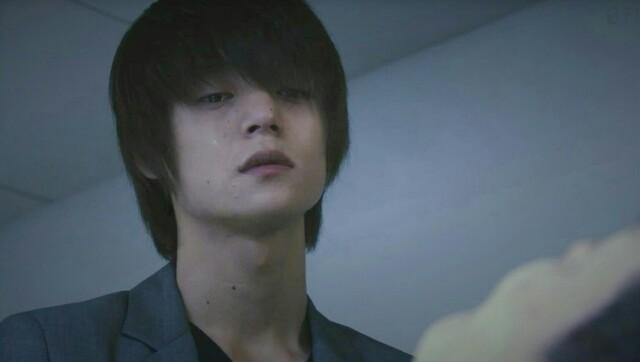 ドラマ「DEATH NOTE」に出演する窪田正孝さん。さげすむような冷たい視線が印象的です。