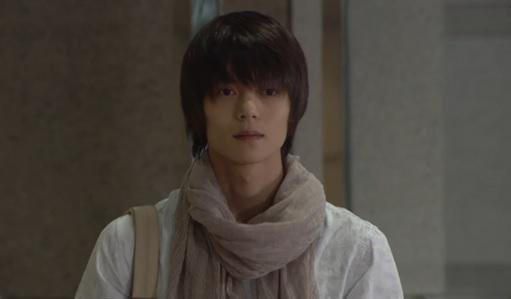 ドラマ「DEATH NOTE」に出演する窪田正孝さん。上品な顔立ちに上品なファッションが似合っています。