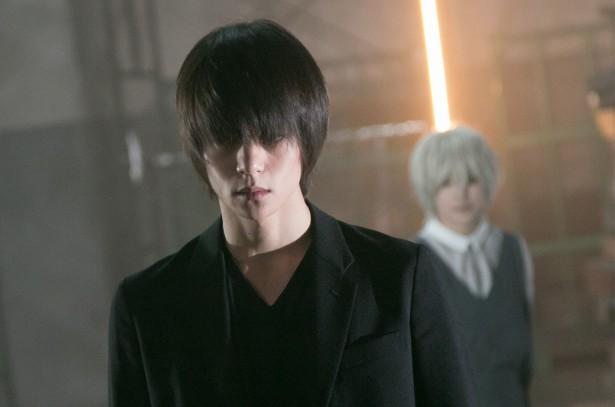 ドラマ「DEATH NOTE」のニアと一緒の窪田正孝さん。最終回は緊迫感にあふれていました。