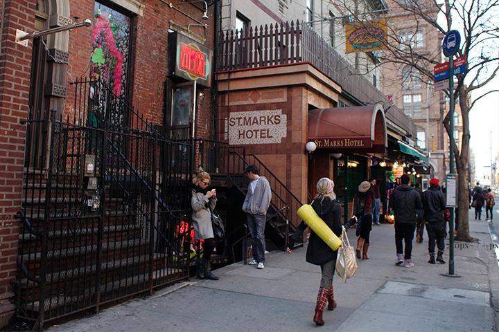 ニューヨークのイースト・ビレッジのセント・マークス・プレイスです。洗練された街並みにシンプルながらオシャレな人々が行き来しています。