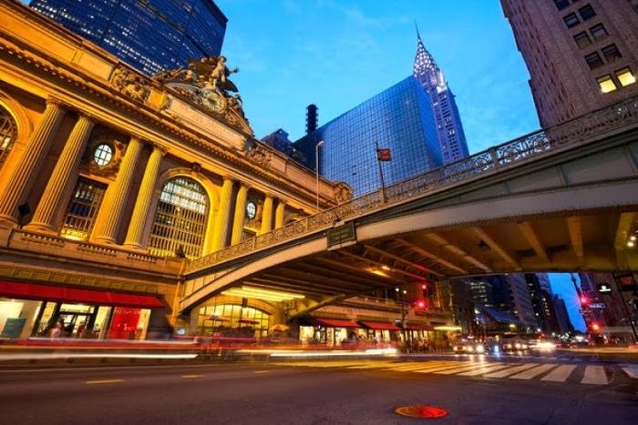 ニューヨークのグランドセントラルターミナルは、44のプラットフォームを持つ美しいターミナル駅で、マンハッタン3大ターミナルのなかでも最大の規模を誇ります。広大なプラットフォームはすべて地下にあります。