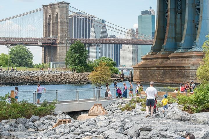 ニューヨークのビルが立ち並ぶマンハッタンに比べると、古い街並みが残るブルックリンはのどかな雰囲気。