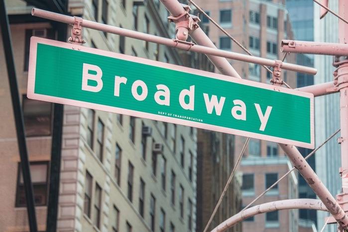 ニューヨークのマンハッタンに南北に走る「ブロードウェイ」通りに沿って、たくさんの劇場が立ち並んでいることから、「ブロードウェイ」(劇場街)と呼ばれています。