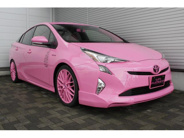 ピンクにカスタムされたプリウス。軽自動車の様な可愛らしい色が純正では無いので新鮮ですね。