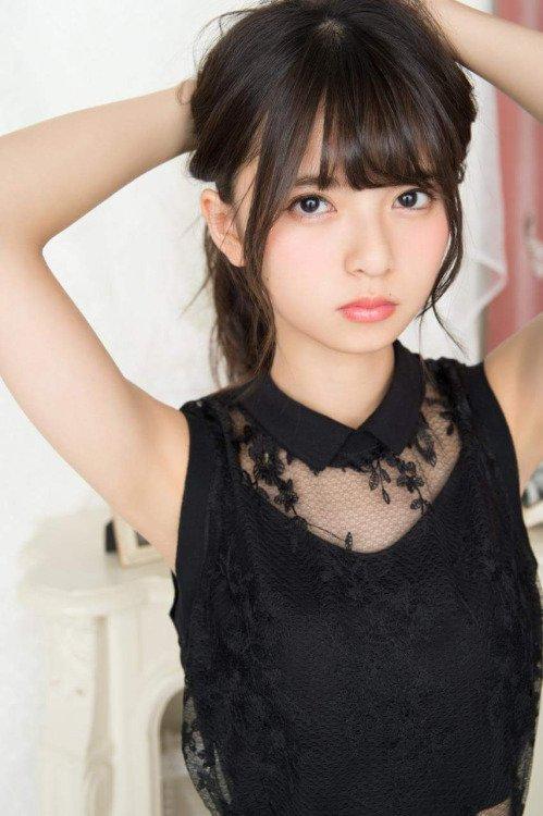 ブラックのトップスで髪をかき上げる齋藤飛鳥さん。ぽてっとした唇も彼女のチャームポイントですよね。