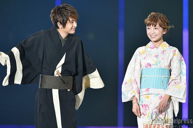 ブラックの浴衣の西島隆弘さん。袖をバタバタさせておりとっても可愛らしいですね。