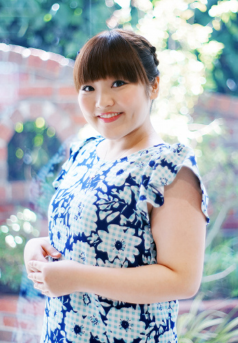 ブルーのカットソーが品のある柳原可奈子さん。えくぼが可愛らしいですね。