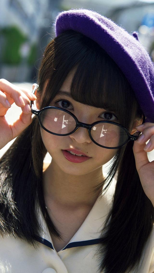 ベレー帽にメガネの齋藤飛鳥さん。ウサギの様な口元がとってもキュートです。