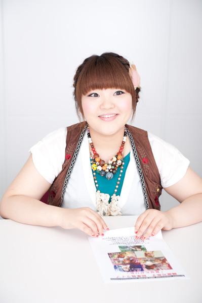 ホワイトのブライスにブラウンのベストでインタビューに答える柳原可奈子さん。いつも可愛らしいファッションをしています。