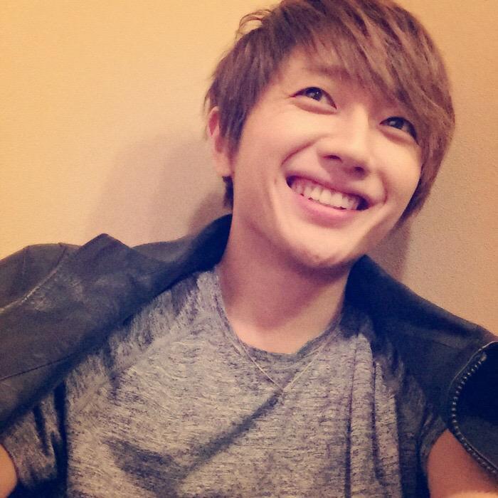 モノトーンのファッションで笑顔の西島隆弘さん。目尻のしわもいい味出しています。
