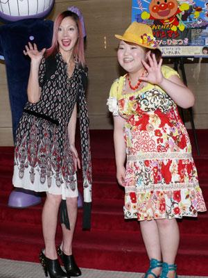 レッドのワンピースにイエローのカットソーでとっても華やかな柳原可奈子さん。暖色系のPOPな衣装がよく似合っています。