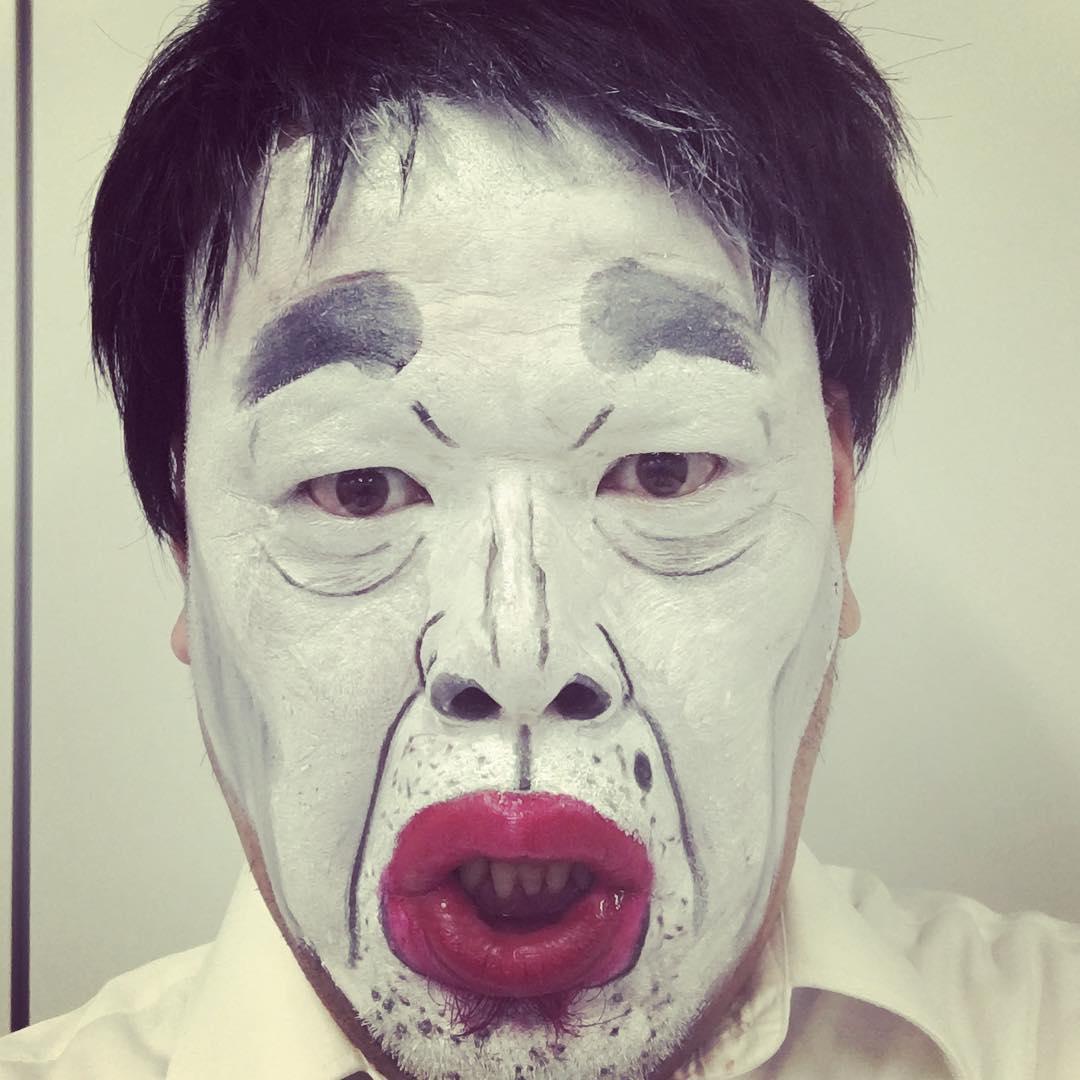 今田耕司さんに扮する野性爆弾のくっきーさん。怖いもの知らずの顔真似はなぜかいつも白塗りです。