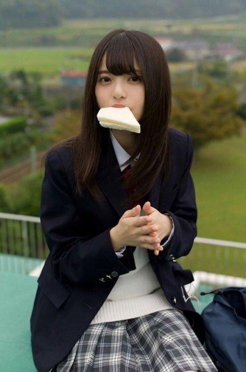 制服姿でパンをくわえる齋藤飛鳥さん。交差点の角でぶつかりたいですね。