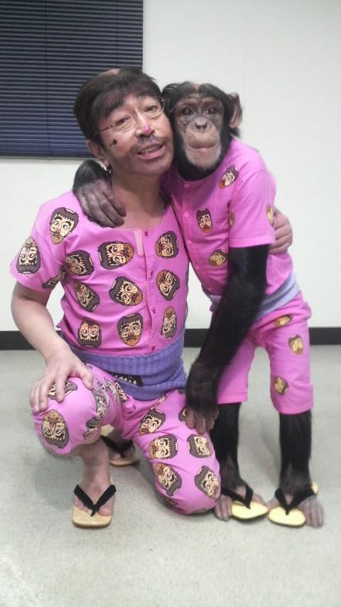 変なおじさんに扮する志村けんさん。「天才志村動物園」で共演しているチンパンジーのパン君とおそろいです。
