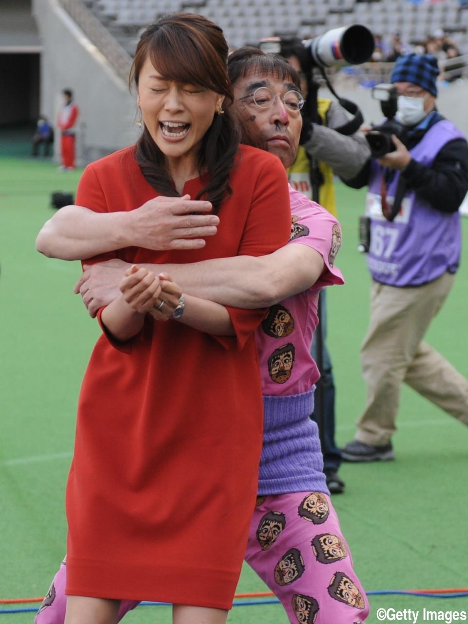 変なおじさんに扮する志村けんさん。本田朋子アナに抱きついています。やりたい放題ですね。
