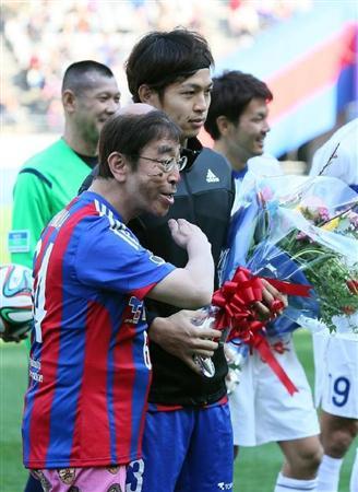変なおじさんに扮する志村けんさん。FC東京のイベントし参加しており、サッカーのユニフォームを着用しています。