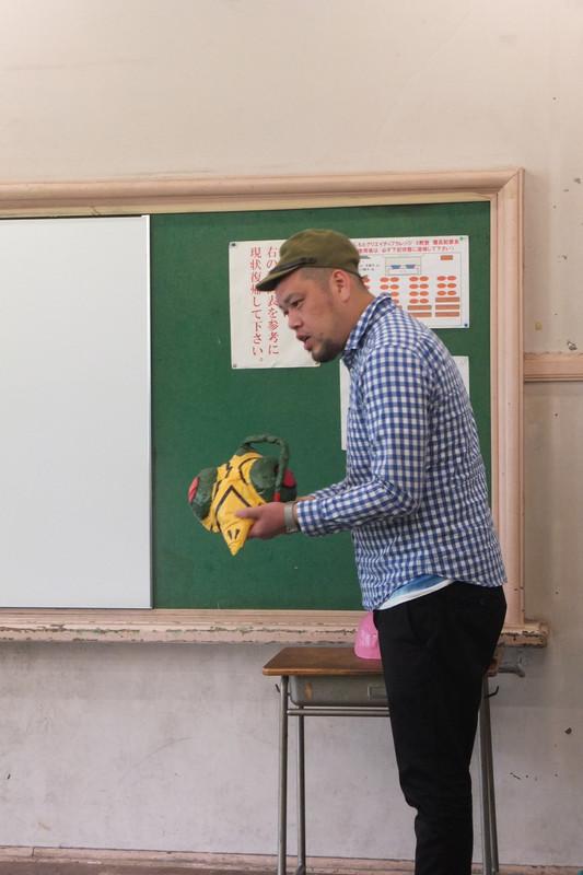 """子供向けの工作教室をする野性爆弾のくっきーさん。「僕のことを先生か""""兵隊さん""""と呼んでください」と子供たちに通じるのかわからないボケをかまします。媚びないですね。"""