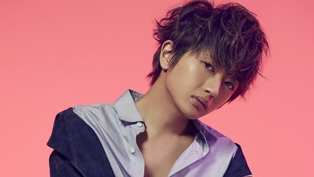 小麦色の肌にはだけたシャツがセクシーな西島隆弘さん。やんちゃな雰囲気ですね。
